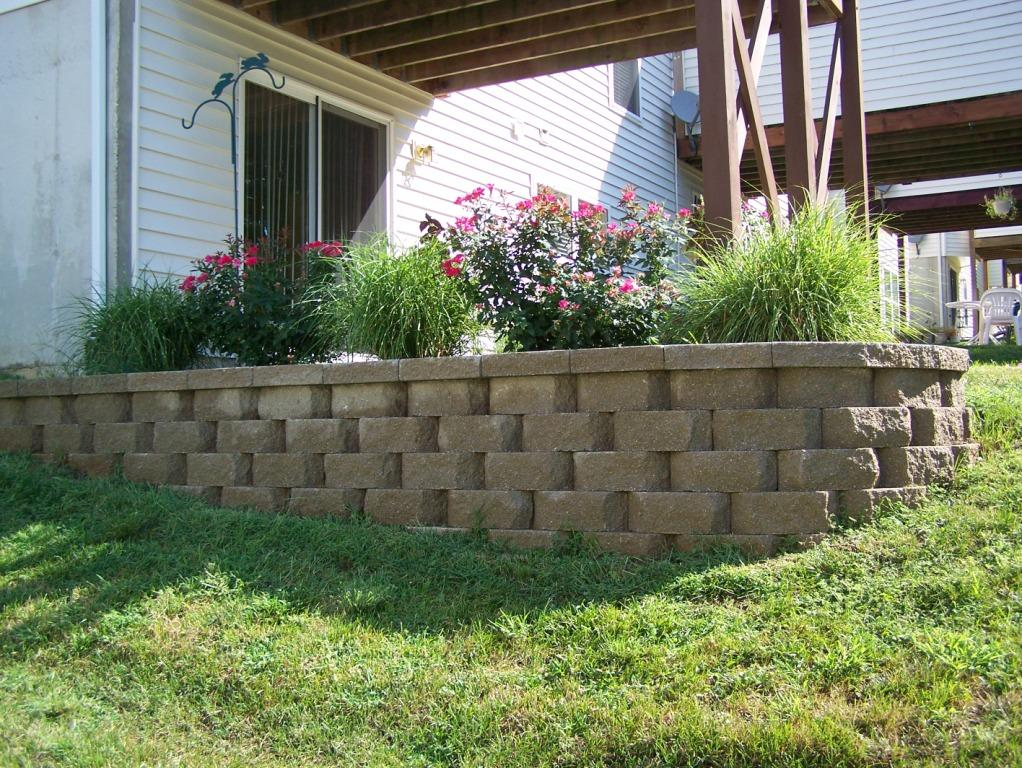 Block retaining walls landscaping st louis landscape for Raised garden wall ideas